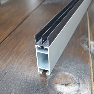 Ш-образная направляющая для торгового профиля, пластиковый черный
