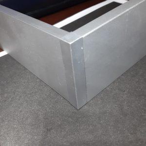 Заглушка алюмінієва для накладного прямокутного плінтуса. Анод срібло і під фарбування RAL.