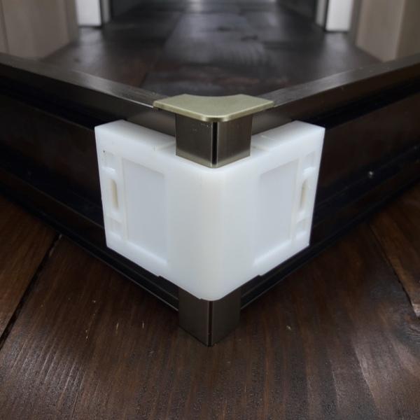 угол внутренний для плинтуса 60мм и 78мм алюминиевое+пластиковая база