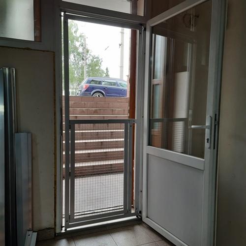 Розділова перегородка з дверцятами