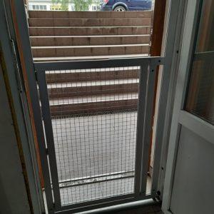 Перегородка з дверцятами в дверний проріз